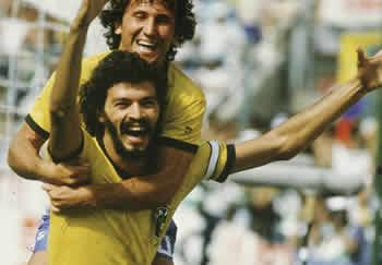 Mondiale di Spagna 1982: Zico abbraccia Socrates