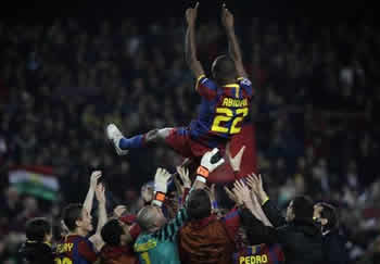 Barcellona-Real: i compagni festeggiano il ritorno di Abidal