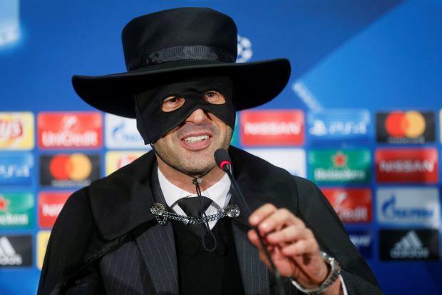 Il tecnico dello Shakhtar Paulo Fonseca festeggia la qualificazione agli ottavi presentandosi mascherato in sala stampa