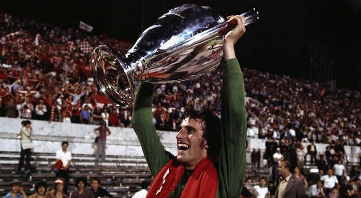 Ray Clemence (Liverpool), mostra la Coppa Campioni appena conquistata nella finale di Roma, 25 maggio 1977